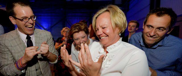 Dame onder hypnose krijgt slappe lach