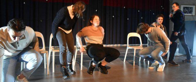 Hypnoseshow slaat studenten Ekonomika met verstomming